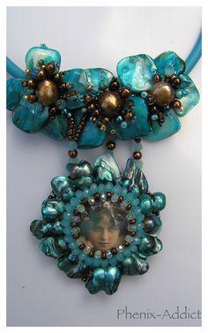 EAU DELA : médaillon serti, monté en pendentif sur bina-cord.