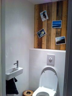 Pimp de achterwand van je WC met oude, gebruikte planken. Plak er vervolgens je favoriete foto's op - Buy Nothing New - www.buynothingnew.nl #ontdekjewatjehebt #bnnm12