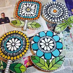 58 best ideas for garden art diy ideas glass flowers Mosaic Artwork, Mosaic Wall Art, Mosaic Diy, Mosaic Crafts, Glass Wall Art, Mosaic Glass, Mosaic Tiles, Mosaic Flowers, Glass Flowers