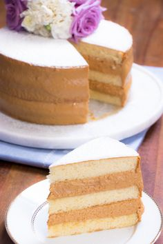 Bolo Bem Casado - sponge cake with dulce de leche filling Sweet Recipes, Cake Recipes, Dessert Recipes, Just Desserts, Delicious Desserts, Yummy Food, Tortas Deli, Food Cakes, Cupcake Cakes