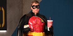 Alan Tudyk aparece vestido de Robin em novas imagens de Powerless