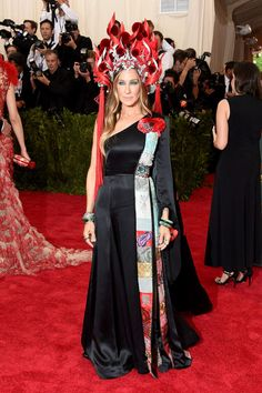 Met Gala 2015: The Best Looks From The Carpet | The Zoe Report  Sarah Jessica Parker in H&M and Phillip Treacy