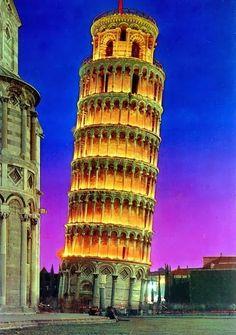 La torre de Pisa o torre inclinada de Pisa (en italiano: torre pendente di Pisa) es el campanario de la catedral de Pisa. Fue construida para que permaneciera en posición vertical, pero comenzó a inclinarse tan pronto como se inició su construcción en agosto de 1173. La altura de la torre es de 55,7 a 55,8 metros desde la base, su peso se estima en 14.700 toneladas y la inclinación de unos 4°, extendiéndose 3,9 m de la vertical. La torre tiene 8 niveles: una base de arcos ciegos con 15…