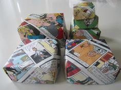 doosjes vouwen van oude stripboeken.