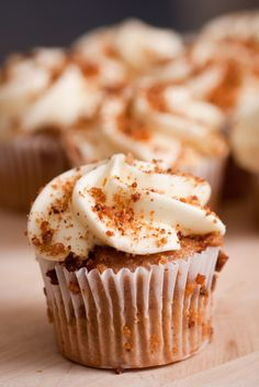 Carrot Nutmeg Cupcakes with Cream Cheese Frosting.my next cupcake Gluten Free Carrot Cake, Carrot Cake Muffins, Gluten Free Sweets, Gluten Free Cakes, Carrot Cakes, Chocolate Cream Cheese Icing, White Chocolate, Yummy Treats, Delicious Desserts