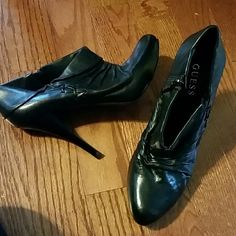 """GUESS leather booties sz 10 Excellent Condition Guess booties, leather size 10, has zipper on interior side  Smoke and pet free home  Please feel free to ask questions, or request additional photos  4.5"""" heel  Don't forget to bundle for discounts! Guess Shoes Ankle Boots & Booties"""