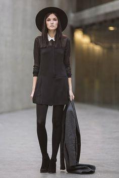 Toda de negro, el cuello blanco y un sobretodo gris para los días fríos. | 17 Ideas de moda para lucir como Merlina Addams en tu día a día