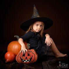 Halloween Photography, Autumn Photography, Halloween Backdrop, Toddler Photos, Halloween Photos, Halloween Disfraces, Pumpkin Carving, Pumpkins, Cool Pictures