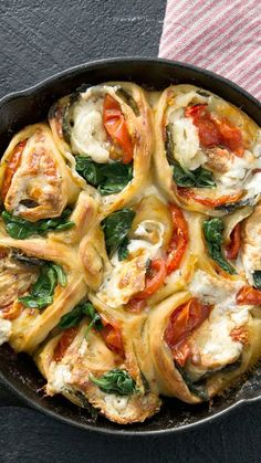 Caprese Pizza Rolls <br> Because beauty comes in all shapes and sizes. Gourmet Sandwiches, Healthy Sandwiches, Sandwiches For Lunch, Cucumber Sandwiches, Vegetarian Recipes, Cooking Recipes, Healthy Recipes, Pizza Recipes, Healthy Food