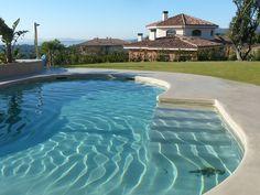 Corona exterior de piscina de microcemento simulando isla. Interior a juego con MicroPiscina