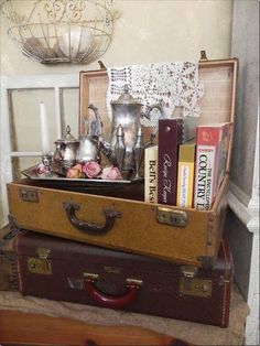 is part of Suitcase decor - 20 DIY Vintage Suitcase Decorating Ideas to create Vintage suitcases for accessorizing a room, extra storage or repurposed into a piece of furniture Diy Vintage, Vintage Display, Vintage Room, Bedroom Vintage, Vintage Items, Antique Store Displays, Antique Mall Booth, Vintage Vignettes, Design Vintage