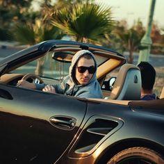 Karim Benzema en Porsche dans les rues de Madrid, au calme.