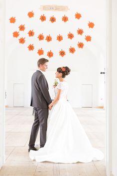 Herbst-Hochzeit - wenn die Blätter orange werden Braut Make-up, Orange, Wedding Dresses, Fashion, Wedding Pie Table, Fairy, Nice Asses, Bride Gowns, Wedding Gowns
