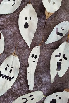 These leaf ghosts are going to look amazing hung up around your home on Halloween. Easy to make and you'll have most of the materials to make them too! Fröhliches Halloween, Halloween Artwork, Halloween Crafts For Toddlers, Easy Halloween Decorations, Homemade Halloween, Halloween Activities, Holidays Halloween, Halloween Themes, Halloween Costumes
