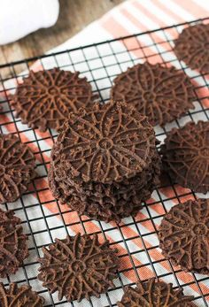 Dark Chocolate Pizzelle Dark Chocolate Pizzelle – rich and crispy pizzelle cookies that are simple to make! These Italian cookies have a deep dark chocolate taste – perfect for Christmas or year-round cookie trays. Yummy Cookies, Holiday Cookies, Cake Cookies, Cookies Et Biscuits, Cupcakes, Italian Cookie Recipes, Italian Cookies, Italian Foods, Holiday Baking
