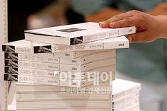 안철수 서울대 융합과학기술대학원장의 대담집 '안철수의 생각'이 출간된 19일 오후 서울 광화문 교보문고에서 시민들이 책을 살펴보고 있다.