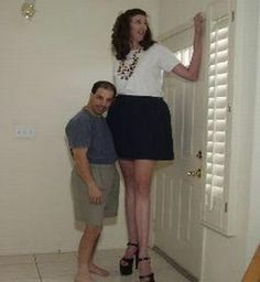 These Are The 50 Most Bizarre Couples Photos Ever,some people really are meant for each other but they're also not meant for anybody else on this planet. Short Couples, Odd Couples, Funny Couple Pictures, Couple Photos, Tall People Problems, Heaviest Woman, Clothing Photography, Tall Guys, Attractive People