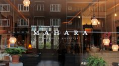 Mahara zit op de drukke De Clercqstraat in Amsterdam West, maar zodra de deur…