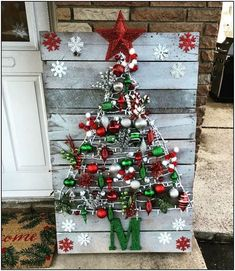 DIY Wall Christmas Tree Ideas That'll Get You To Downsize Now - Hike n Dip Looking for Christmas decoration for small space. Then you should definetly put up a wall Christmas Tree. Here are best DIY Wall Christmas tree ideas. Wall Christmas Tree, Christmas Wood Crafts, Pallet Christmas, Indoor Christmas Decorations, Homemade Christmas, Diy Christmas Gifts, Rustic Christmas, Christmas Projects, Holiday Crafts