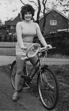 Deborah Watling va a jugar al tenis en bicicleta.Fotos antiguas de bicicletas