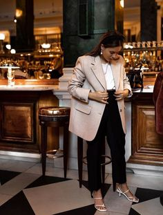 & Other Stories Wool Blazer: Hannah Crosskey wears the blazer with cropped black trousers, white strap sandals and elegant jewellery. Beige Blazer Outfit, Look Blazer, Jumper Outfit, Casual Blazer, Blazer Outfits, Emo Outfits, Casual Outfits, Look Fashion, Winter Fashion