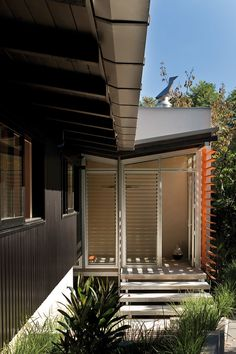 A soft and gradual connection to nature, was the goal of this renovation of a house in Auckland, New Zealand by Strachan Group Architects (SGA). The architects have maintained the typical-of-its-era low-pitched roof with exposed rafters whilst craft Sustainable Architecture, Modern Architecture, Clear Acrylic Sheet, Outdoor Fire, Outdoor Decor, Exposed Rafters, Chimney Breast, 1950s House, Living Spaces