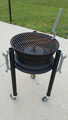 rim grill, done and ready for action.Truck rim grill, done and ready for action. Fire Pit Grill, Diy Fire Pit, Diy Wood Stove, Diy Grill, Outdoor Stove, Fire Pit Designs, Wood Burning Fires, Rocket Stoves, Grill Design