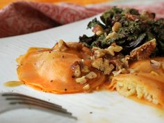 Sweet Potato & Parsnip Ravioli with Pecan Sucanat Sauce is a delicious gluten-free, plant-based dinner to serve to guests during the holidays. Sweet Potato Slices, Sweet Potato Pecan, Whole Food Recipes, Soup Recipes, Vegan Recipes, Eat For Energy, Vegan Ravioli, Vegan Main Dishes, Healthy Dishes