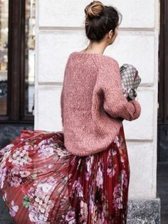 Un look d'automne bohème avec une longue jupe fleurie