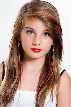 Extensions de cheveux en plumes bicolore rouge et noir et boucles d'oreilles kiowas multicolores.