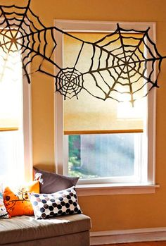 Looking for some DIY Halloween Decorations to spook things up at home? These DIY Halloween Decorations will have people feeling icky. Spooky Halloween, Table Halloween, Halloween Crafts For Kids, Holidays Halloween, Halloween Decorations, Cheap Halloween, Homemade Halloween, Spider Decorations, Halloween Window