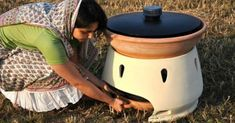 Solar Terracotta Water Filter Distills 5 Liters of Water a Day. Italian designer, Gabriele Diamanti develops a simple and reproducable design for a solar powered water filter made from terracotta, anodized zinc, and recycled plastic. Salt And Water, Fresh Water, Solar Still, Transformers, Solar Oven, Safe Drinking Water, Solar Water, Water Purification, Distilled Water