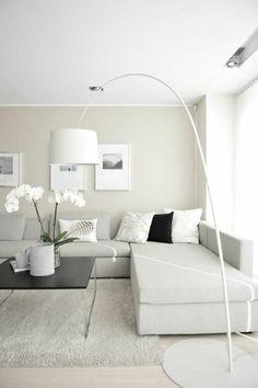 salon beige avec lampe de salon en forme d'arc, tapis blanc