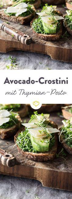 Mit Thymian, Avocado und Spinat verleihst du deinen Crostini neben einem tollen Aussehen auch eine frische Würze.