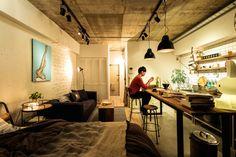 大きな、大きなキッチンが主役、そんな部屋での暮らし方をお見せします。 マットブラックで塗装された脚と、古材風の天板の組み合わせがマッチしたカウンター、 それと対比するかのようなステンレスシンク。 武骨なアイテムたちが作る大人な男部屋を楽しんでみては。 Best Interior, Room Interior, Home Interior Design, Small Rooms, Small Spaces, Japanese Apartment, Japanese Style House, Room Setup, Minimalist Home