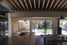 土間の広がる家 (庭へと広がる視界の方向性) Compact Living, Japanese Interior, House Plans, Pergola, Outdoor Structures, House Design, Ceiling Lights, Table, Room