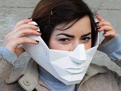 Mulher usa máscara Eidos, capaz de amplificar a visão e audição do usuário através de câmeras, microfones, alto-falantes e software