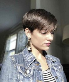 Super Pixie Haircuts for Fine Hair. A layered pixie cut shows off the fleecy texture of velvety delicate fine hair and makes it simple to get that volume Bob Hairstyles For Fine Hair, Short Pixie Haircuts, Girl Haircuts, Short Bob Hairstyles, Short Hair Cuts, Men Hairstyles, Stacked Haircuts, Wavy Pixie Cut, Blonde Pixie