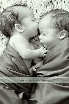 Oh die Küsse babyfotos & babykleidung Newborn Twin Photos, Foto Newborn, Newborn Twins, Newborn Pictures, Triplets, Newborns, Siblings, Twin Pictures, Cute Baby Pictures