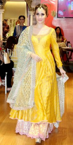 How to wear wedges outfits blouses Ideas Indian Gowns, Indian Attire, Pakistani Dresses, Indian Outfits, Indian Wear, Indian Designer Suits, Designer Party Wear Dresses, Indian Fashion, Blouse Designs