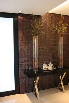 Parede revestida com placas em couro croco da Laeder. Projeto de Arlon Fernandes Arquitetura.  #laeder_couro #handmadeleather #interiordesign #revestimentos #decor #interiordesign #decoracao #casa #estilo #leatherdesign Layout, Mirror, Frame, Design, Furniture, Home Decor, Bed Headboards, Landscaping, Decorating Ideas