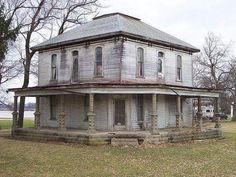 I bet this house was beautiful in its heyday. Curious to know what the floor plan is...