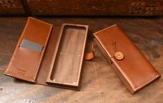 Leather Bags Handmade, Leather Craft, Leather Bag Tutorial, Wooden Bag, Leather Pencil Case, Diy Wallet, Pen Case, Leather Projects, Leather Design