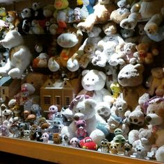 Hay escaparates de #jugueterías que hipnotizan  #pelucheando #peluches #softtoys #softies #plush #plushies #instatoys #kawaii #teddybear #teddybears #peluche #toys #toystore
