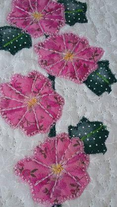 Detalhe do Panô Country em patch aplique com pintura em tecido. Patch Aplique, Blanket, Country, Crochet, Painting On Fabric, Fabric Dolls, Tejidos, Appliques, Rural Area
