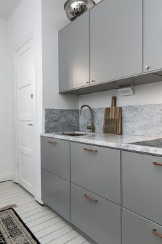 How to put your kitchen credenza? Kitchen Buffet, Kitchen Shelves, Kitchen Decor, Kitchen Cabinets, Dark Cabinets, Kitchen Interior, Interior Design Living Room, Kitchen Design Open, Kitchen Linens