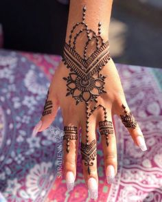 Henna Love this piece by Rebekah. It looks so gorgeous in the light! 🌞⠀ Love this piece by Rebekah. It looks so gorgeous in the light! Pretty Henna Designs, Henna Tattoo Designs Simple, Hena Designs, Best Mehndi Designs, Mehndi Designs For Hands, Wedding Henna Designs, Henna Tutorial, Henna Tattoo Muster, Henna Hand Tattoos
