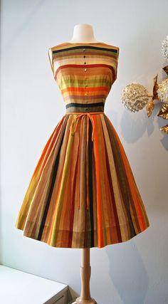 Esta silueta y forma de prenda es la mejor..hermosos años 50s Dress ..loca por los 50´s/ Vintage 1950s Autumn Striped Twins by xtabayvintage, $198.00....
