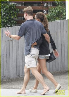 michael fassbender alicia vikander pda sydney 02 Michael Fassbender goes barefoot while walking arm-in-arm with new girlfriend Alicia Vikander as they stop by a store together on Thursday (December 4) in Sydney,…