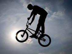 Eventuell kann die Haftpflichtversicherung dieses Zusatzrisiko miteinbeziehen  epa03689937 A dirt bike rider jumps over a hill obscuring a glowing sun in the sky in Ibbenbueren, North Rhine-Westphalia, Germany, 06 May 2013.  EPA/FRISO GENTSCH Quelle: key
